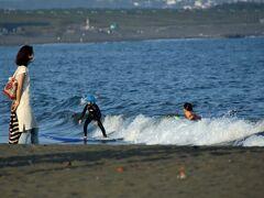ヘッドランドの江ノ島側は小さな波が・・・。 こんなときは初心者にとっては絶好な条件のようです。