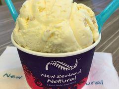 物足りなかったのでアイスも食べちゃいました。ニュージーランドではお馴染みのアイス店【ニュージーランドナチュラル】。甘さ控えめではない大ボリュームが嬉しい。沢山のフレーバーの中からバニラとナッツをチョイス。 あ~一人って気楽♪