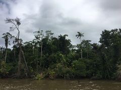 無人島行きの小型船に乗り込みました。 道のりの半分は河を通るため、出だしは揺れもなく快適な船の旅です。
