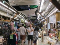 食休みがてら、ケアンズナイトマーケットでお土産を物色。 アジアのナイトマーケットに比べると、無理な勧誘や明らかに怪しい店舗等がなくゆっくり買い物を楽しむ事ができます。  盛りだくさんのケアンズ3日目はこれで終了。