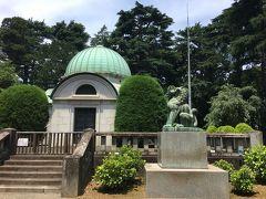岩崎家霊廟です。 ジョサイア・コンドル設計。岩崎小弥太(4代目)が1910年(明治43年)に岩崎家の納骨堂として建設しました。  岩崎家は直系四代で途絶えました。その最後の寛弥さん(故人)には帝国ホテルで偶然お会いし、バーでお酒をご馳走になりながら昔話を聞かせていただいたのが、懐かしい思い出です。