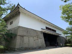 大阪城大手門を通って場内に。