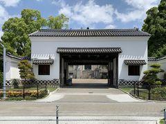 美術館の横の公園内を行くと、中ノ島周辺から移築された黒田藩屋敷の長屋門があります。