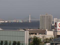 横浜ベイブリッジが半分。