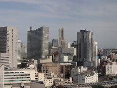 右手に横浜ランドマークタワー。