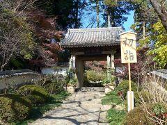13<山門> 山門は江戸時代前期のもので、境内では2番目に古い建物。 山門にかかっている山号額に「萬松山」と書かれています。 小ぶりながら、気品のある山門です。
