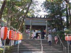 23<初詣> 湖北五山ではありませんが、せっかくなので龍潭寺に隣接した「井伊谷宮」にも参拝しました。 参道に並んだ紅白の提灯や露店が正月らしさを演出しています。