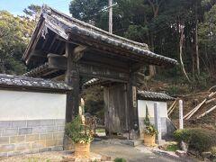 40<摩訶耶寺(まかやじ) 高麗門> 大福寺から車で5分ほど南に行くと「摩訶耶寺」があります。 これは、高麗門。コの字型に三つの屋根で構成された門をいいます。少し低い位置に奥に向かって2つの屋根が延びているのが分かりますか? もとは、家康が浜名湖に築城した「野地城」の城門でした。