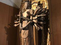 42<千手観音立像> 本堂左手の宝物殿では、重要文化財の「不動明王」と「千手観音」などが、触れるくらい間近で拝観できます。とても美しい仏様でした。 ※仏像は撮影禁止となっていましたので、摩訶耶寺HPの写真を載せておきます。 https://makayaji.web.fc2.com/