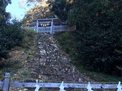 46<濱名惣社神明宮 本殿> 拝殿裏の急な石の階段の上にあるのが本殿。 この本殿は、浜名神戸より伊勢神宮への貢進品の収納庫として使われた「井籠(せいろう)造」という珍しい建築物で国の重要文化財となっています。 残念ながら階段は立ち入り禁止で、近くまで行けませんでした。