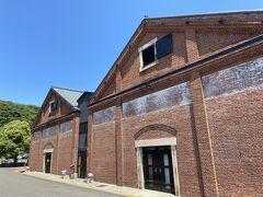 その前には赤レンガ倉庫。 カフェやレストランが入っています。