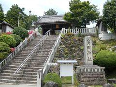 多田神社の入口。石段の上に見えている南大門から境内へ。