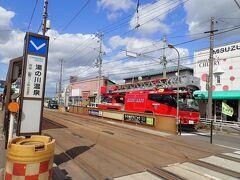 市電を待っていると、なんと目の前を 真っ赤っかなはしご車が通過 現場に急行といった感じではなく普通に 移動中  函館の街並みに真っ赤っかが映えます