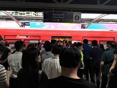 <チョンノンシー駅>18:00  駅に着いたらなんとホームが人だらけ(汗) 1本目、満員で乗れず。  BTSでこんな混雑・・・初めて。  2本目も、無理でした。
