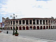 ベローナのランドマーク 「アレーナ(円形闘技場)」前の広場は 早朝でまだ観光客の姿はあまりなく