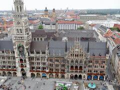 先ず訪れた所が 「新市庁舎とマリエン広場」 その後「聖ピーター教会」へ 礼拝堂と「塔」に登ってミュンヘンの市街地と 新市庁舎の仕掛け時計などを眺め。  塔への入場料 1.5Euro(2019~2020版 ガイドブックでは、3Euroに)