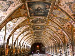 翌朝 レンタカーに乗り換え 「レジデンツ博物館」「宝物館」 「グリプトテーク(彫刻品陳列館)」 を回りました。  『レジデンツ博物館・宝物館』 バイエルン王国・ヴィッテルスバッハ家の本宮殿。 1385年建設が始まり、たび重なる増改築が 施された為、ルネサンス・ロココ・バロックの 各様式が混在。 ナポレオン・モーツァルト・ゲーテなど も訪れこの豪華絢爛な宮殿に驚嘆!したという。