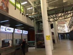 さて、やって来ましたソフィア中央駅傍にあるバスターミナル。新しくて大きくてきれいです。暖房も効いていて暖かい!