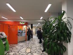 さて、約3時間バスに揺られて到着しました、ヴェリコ・タルノヴォ。小規模なバスターミナルだけど、明るくてきれいでした。ここも暖房がしっかり効いていて居心地は悪くなかったです。奥にはテーブルや椅子がありました。