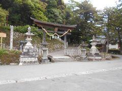 あの山の塔に行こうとしたら  ここから山登りですね  (厳島神社)の 三重塔ですね、  でも未だそんな体力使いたくない 裏手に行けば 上まで上がれる道があるだろうから…