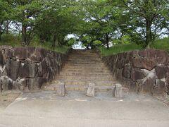 柳川城阯はまさかの中学校の校庭にありました。