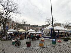 おはようございますのブリュッセル。  今日はジュ・ド・バル広場の蚤の市からスタート。 泊まっているホステルからも、ほど近くの場所でした。