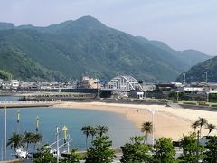 部屋から見える、すさみ海水浴場。  フロントで長井坂への行き方を尋ねると、言葉では説明しにくいからとスタッフが熊野古道大辺路の入り口まで先導してくれることに!