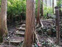 熊野古道入口近くの空き地に駐車して、スタッフにお礼を言ってお見送り。 ホント、助かりました!  タオの峠は入口から580mで、長井坂は民家がある集落を越えた先。