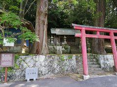 静かな集落には、廃墟らしき家がぽつぽつ。 その先にあったのは小さな神社。 和深川王子神社も廃墟のような・・いやいや、由緒ある神社だそう。