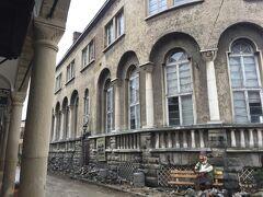 ここはサモヴォドスカ・チャルシャの通りです。この建物は旧郵便局。今は使われていないようでした。