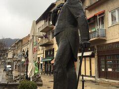 観光のメイン通りであるステファン・スタンボロフ通りに出てきました。これはそのスタンボロフの像です。堂々たる体躯の像でした。