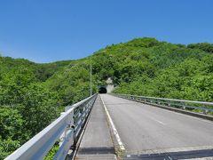 近くにあるダムの堰堤に続く道路を歩き、ダムを目指します。 雲一つない青空と、木々の新緑に癒されますね。