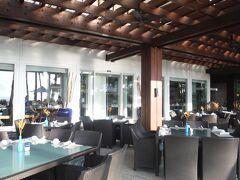 オーシャンウィングの宿泊客のみ使える、レストラン・アクアで朝食をいただきます。 外の席もありますが、日差しが強いので中に。7時のオープン直前に入りました。