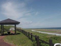 今度はサロマ湖と龍宮台展望台を訪れました。ここからオホーツク海を眺めてます。