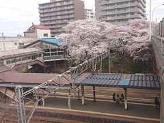 -2020年4月- 【南小樽駅(小樽市)】 小樽駅の隣駅で「堺町通」や「ルタオ本店」「小樽オルゴール堂」の最寄り駅。駅駐車場に設置されている鐘は昭和40年まで列車発車の合図に実際に使用されていたもの。小樽駅の出入り口にも鐘があるので、小樽観光の一環で鉄道の歴史にも触るのも良いかも。