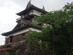 丸岡城は、現存天守閣では最古の建築様式を持つ平山城です。  あら、なんだかとっても小ぢんまりしているお城なのね!