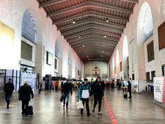 フランクフルト空港&空港駅の写真撮り忘れました(◎_◎;)  新幹線はフランクフルト到着予定の1時間半後で予約していたのですが、飛行機の遅延も無かったおかげで40分ぐらいで空港駅のホームに到着したので、余裕で新幹線に乗車(´▽`*)  今回の旅行はジャーマンレイルパス1等車のチケットを購入し、座席もドイツ鉄道のホームページで予約していました(^^)  新幹線座席は列車中央の荷物置き場すぐ横の席を予約していたので、スーツケースも置けて約1時間半で、シュトゥットガルト中央駅に到着♪
