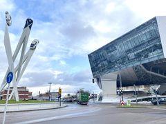 右のガラス張りの建物がポルシェミュージアムです(´▽`*)