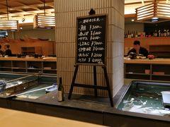 夕食はホテルを出て、隣の建物の「いけす円座」で。 店内中央にいけすがあって、魚がピョンピョン! これは期待できそう♪