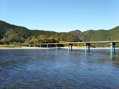 四万十川最長の沈下橋「佐田沈下橋」 全長291.6m 青い橋脚が特徴です。  佐田沈下橋を車で渡ってみました。 思った以上にスリル満点です。