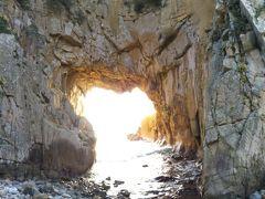「白山洞門」、これを観たいが為に足摺までやってきたとも云えます。 幅17m、奥行き15mの日本最大級の海食洞。 自然が作り上げた造形。圧巻です。  ちょうど光が差し込んで、洞門の向こうの海がよく撮れてません。 あら、残念。。