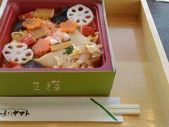 帰りに当麻寺山門の柿の葉鮨の店でイートイン 奈良県内にはたくさん店があるチェーン店です