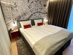 お部屋はこんな感じで、壁にはフランクフルトのマップが(^^)