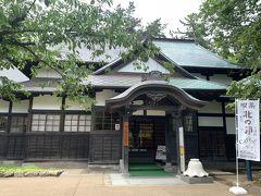 武徳殿休憩所。明治44年に演武場として建てられた建物を利用したお土産や喫茶コーナーがある。
