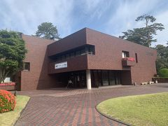 追手門から入ってテニスコートの横を通った公園内にある市立博物館。