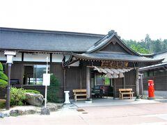駅の外に出たら駅舎が神社だった! 出雲大社みたいな立派な注連縄。  島根県に来た感高まりました!