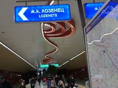 ソフィアの地下鉄は近代的で駅も立派。表示もわかりやすく使いやすい公共交通機関でした。
