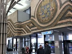 翌朝ソフィア中央駅へ、駅舎は立派ですが、ベオグラードまでの列車のホーム番線の表示がなかなか出ません。
