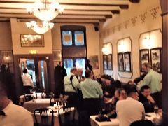 ホテルの方ご推奨のレストランで夕食。ヨーロッパの週末のリラクセーションを満喫。