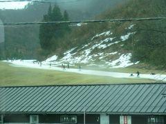 越後中里に停車。 駅の前はスキー場なんだけど、雪ないね。 わずかに残った雪の上を、スキーヤーがボーターが滑っています。